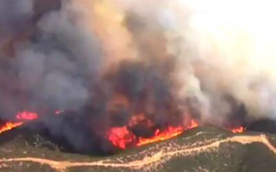 Bomberos combaten incendio que ha consumido unos 1,000 acres al norte de...