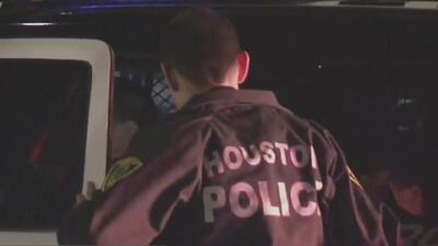 Detienen a dos hombres señalados de disparar al aire desde un vehículo y les encuentran armas y narcóticos
