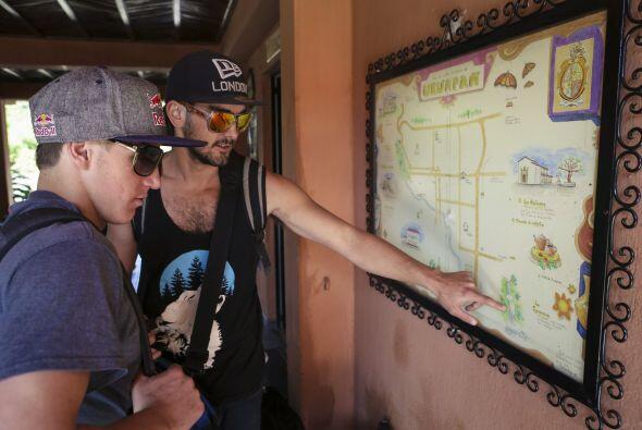 Dane Jackson y Seth Ashworth chequeando un mapa local.