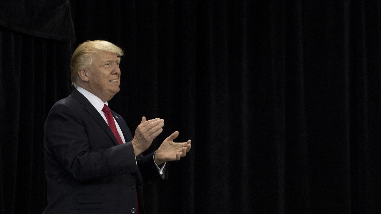 """Donald Trump aplaude al subir al escenario durante su rally """"Make A..."""