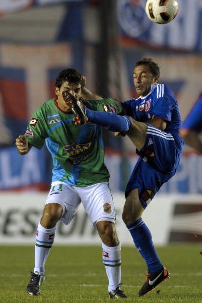 Marcelo Díaz de la U de Chile le pone el pie bien a la altura de la cara...