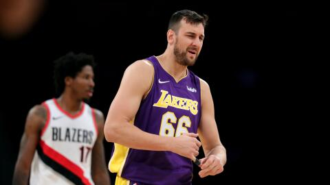 Bogut, en la media temporada que ha estado con los Lakers disputó...