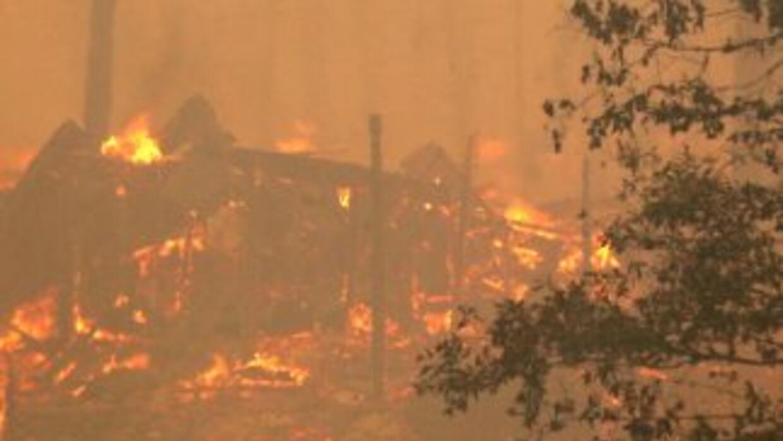 Casi 340 bomberos estaban en el lugar y las autoridades investigan la c...