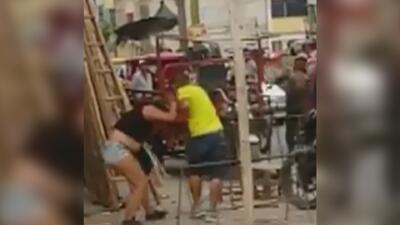 Hombre arrastra del cabello a su pareja por varias calles de Perú