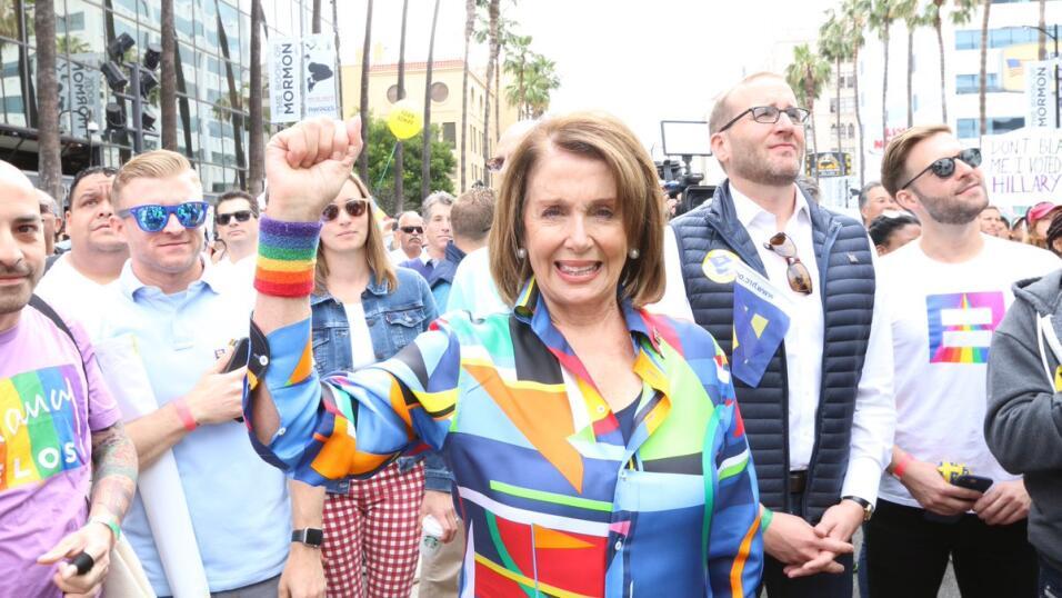 La senadora Nancy Pelosi en la marcha del orgullo y resistencia gay en L...