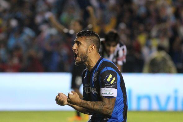 Su compañero es Miguel Ángel Martínez, jugador argentino que también pas...