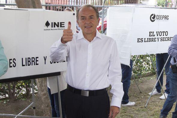 El candidato de la coalición PRI-PVEM-Nueva Alianza a la gubernatura de...