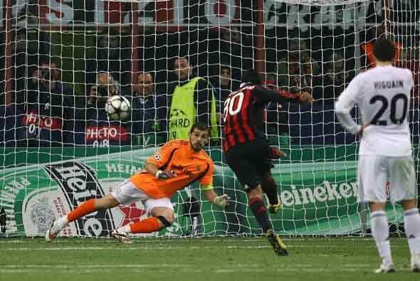 Ronaldinho empató el partido con este penalti.