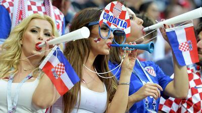 Las aficionadas croatas e inglesas compartieron un gran ambiente rumbo a la final del Mundial
