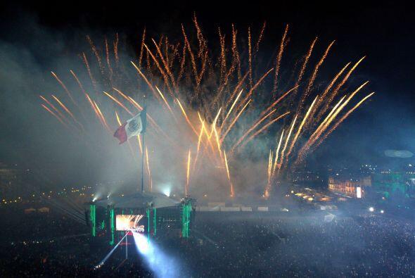 Fuegos artificiales engalonron a la bandera de México en el corazón de l...