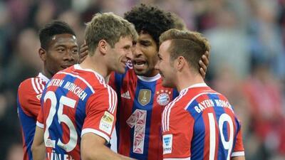 Müller, que marcaría su gol, festejaba con sus compañeros por el doblete...