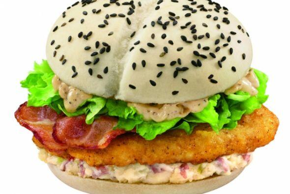 China, Taiwan & Hong Kong - McDonald's Black & White Burger. Foto tomada...