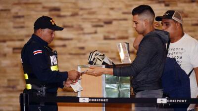 Migrantes cubanos cruzan territorio guatemalteco en travesía a Estados U...
