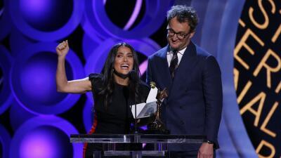 Salma Hayek junto a Jason Clarke, en los Spirit Awards, donde realizó el...