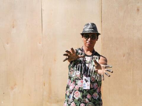 Robert Vargas artista originario de Los Angeles California llego con su...