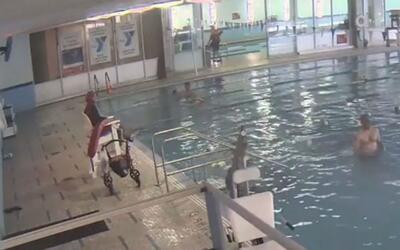 Un hombre pasó cinco minutos bajo el agua en una piscina sin que los sal...