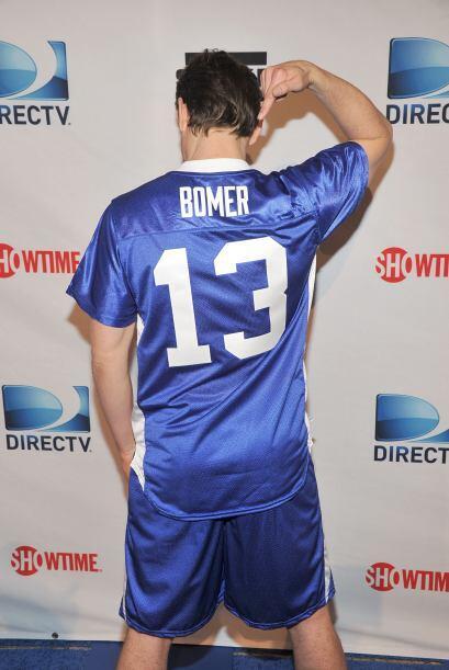 Matt Bomer también quiso mostrar el jersey con su nombre, aunque el acto...