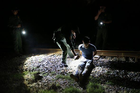 Un agente de la Patrulla Fronteriza detiene a un inmigrante indocumentad...