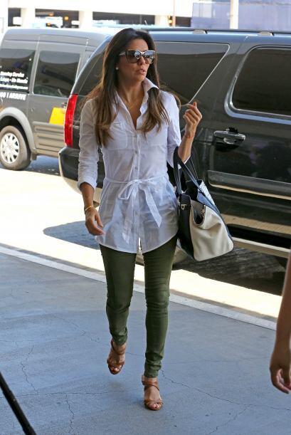 ¡Una opción para coordinar prendas blancas es ésta que nos modeló Eva Lo...