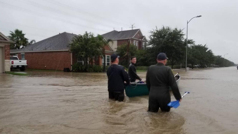 Vecinos prestaron sus botes para evacuar a quienes tenían agua dentro de...