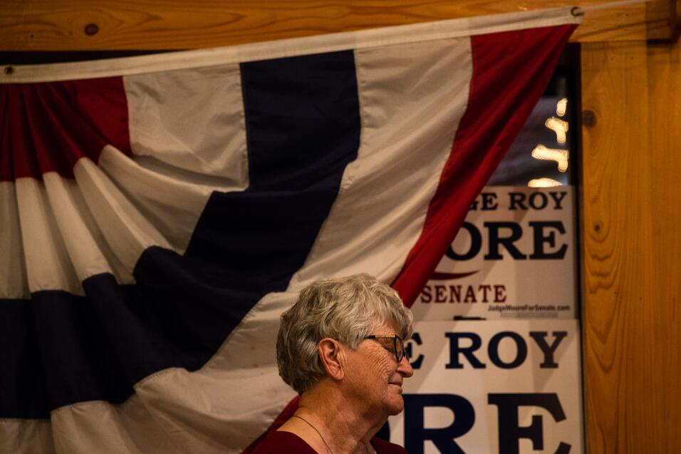 Una de las simpatizantes de Roy Moore que asistió al acto de camp...