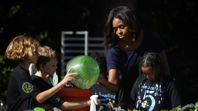 Michelle Obama habla con niñas en la Casa Blanca