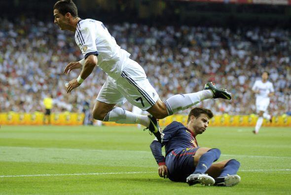 La defensa del Barcelona jugaba con solo tres hombres, un riesgo que par...