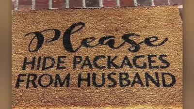 """El mensaje de una mujer a los repartidores escrito en un tapete: """"Esconda los paquetes de mi marido"""""""