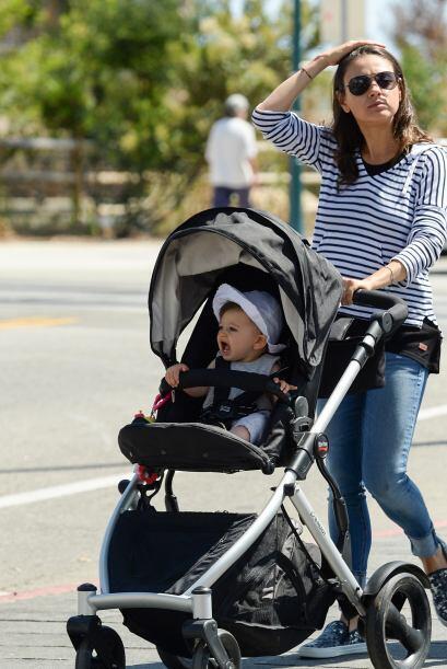 La pareja no para de pasear a su pequeña hija.