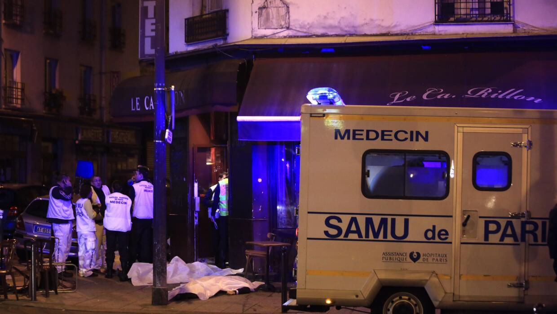 Cuerpos cubiertos de víctimas de los atentados en Paris