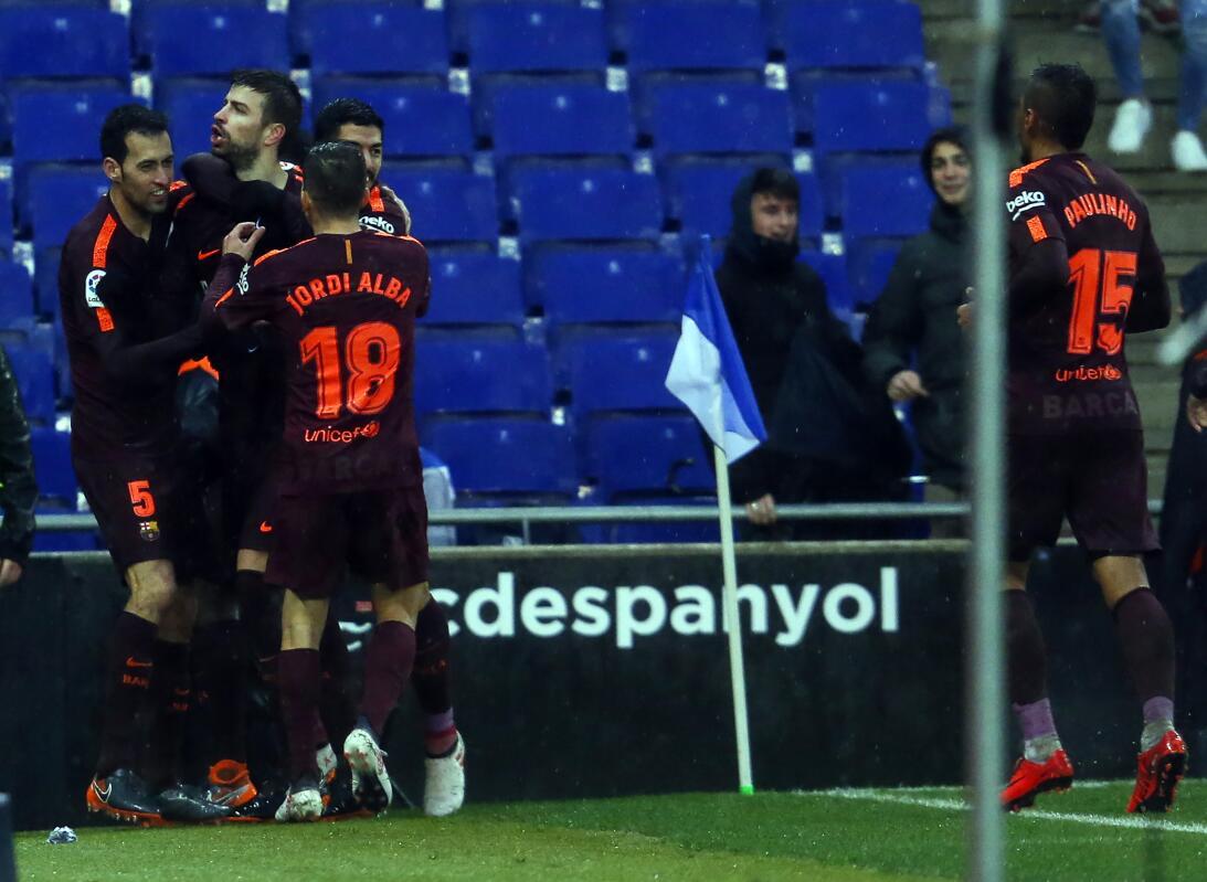 Piqué salvó al Barcelona de una derrota con el Espanyol en el derbi cata...