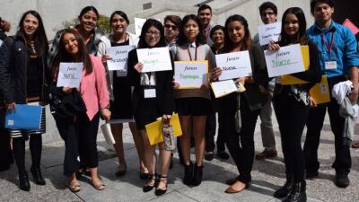 Estudiantes inmigrantes muestran sus aspiraciones de carrera durante una...