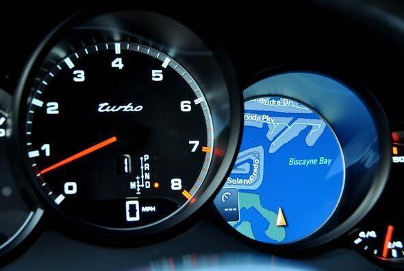 Los nuevos instrumentos de la Cayenne Turbo incluyen la pantalla del sis...