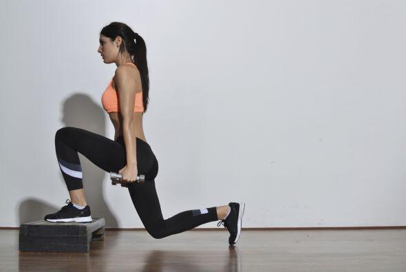 Hacer flexiones con la ayuda de un step y mancuernas es de gran ayuda. R...