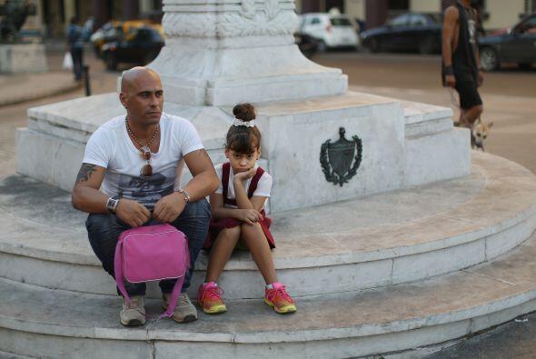 Yendri Campos Pachego y su hija Llorena, de 5 años, esperan a que...
