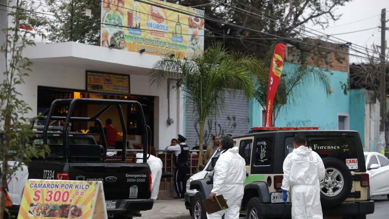 Forenses mexicanos realizan su trabajo en la escena de un crimen en el e...