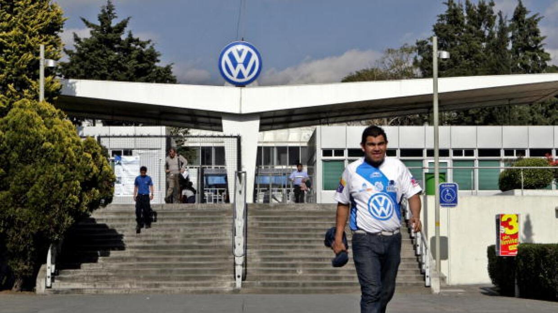 Entrada a la planta de Volkswagen en Puebla, México