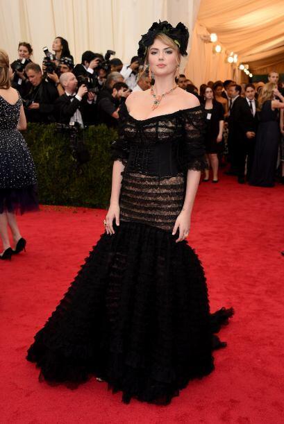 Kate Upton quiso lucir tan sofisticada, que sólo logró pecar de ridícula.