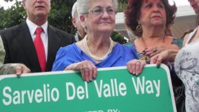 La viuda de Sarvelio, Migdalia del Valle, sostiene la placa conmemorativ...