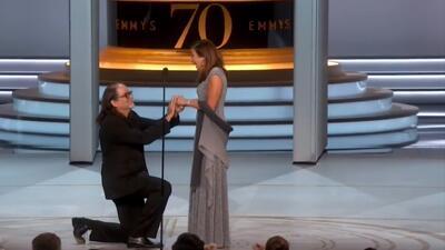 Le pide matrimonio a su novia en plena gala de los Emmy (y frente a las cámaras en vivo ella dice que sí)