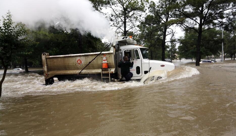Un camión trata de avanzar por las calles inundadas de Houston.