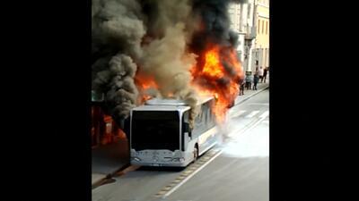 Video: Un bus se incendia y explota en el centro de Roma
