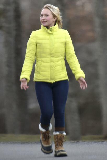 Hayden vistió este abrigo amarillo para el frío invernal.