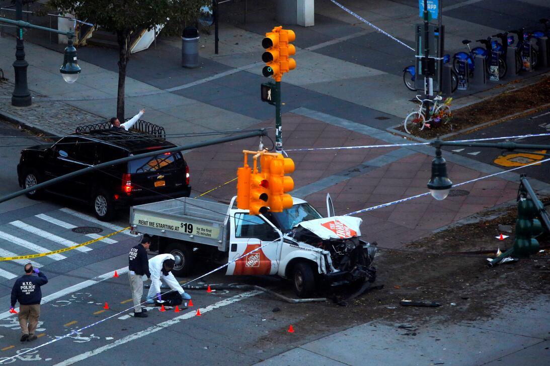 La policía de Nueva York recolecta evidencia en el lugar del suceso.