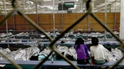 Niños de la frontera en un centro de detención de la Patrulla Fronteriza...