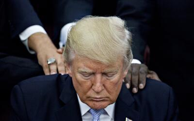 El presidente Trump reza rodeado de líderes religiosos tras decla...