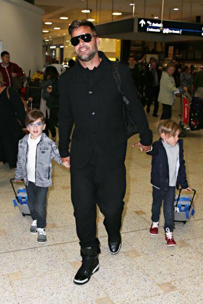 Mateo y Valentino disfrutan de los viajes de su guapo padre.Mira aqu&iac...