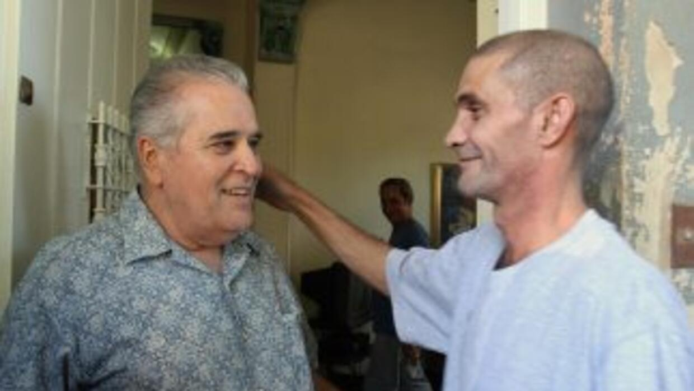 Elizardo Sánchez Santacruz en un a foto de archivo con el ex preso polít...