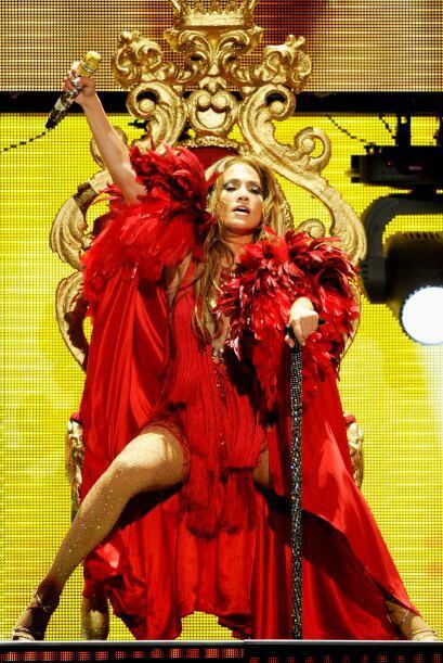 Con un vestuario espectacular se lució la cantante Jennifer Lopez...