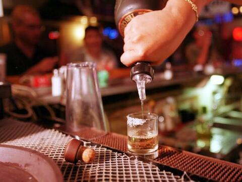 El alcoholismo es un problema a nivel mundial que no distingue sexo, con...